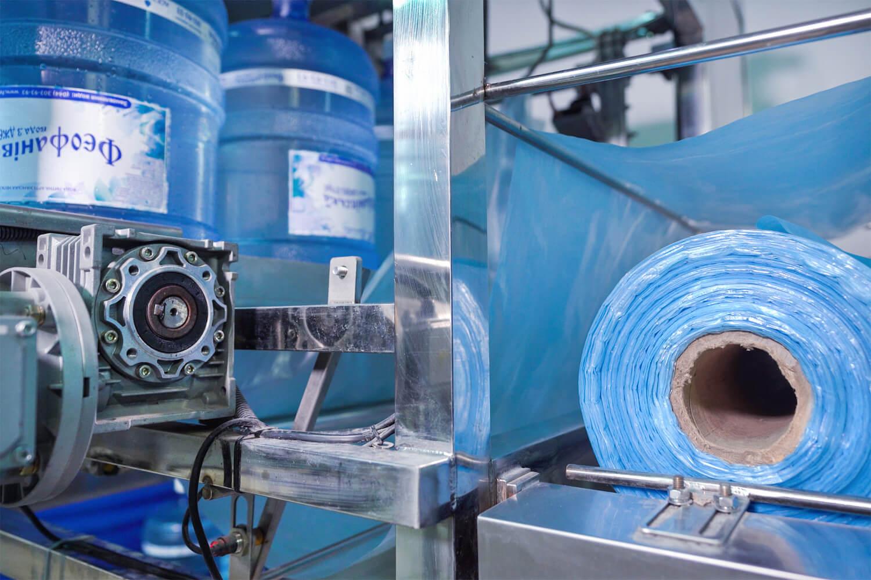 Автоматическое обертывание пакетом бутыля
